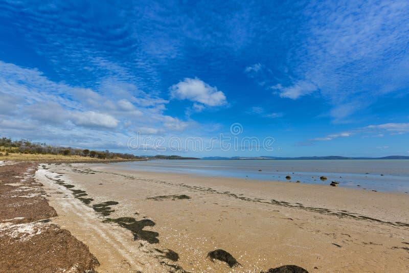 Tarde calma na praia de Dunalley, Frederic Henry Bay, c do leste imagem de stock