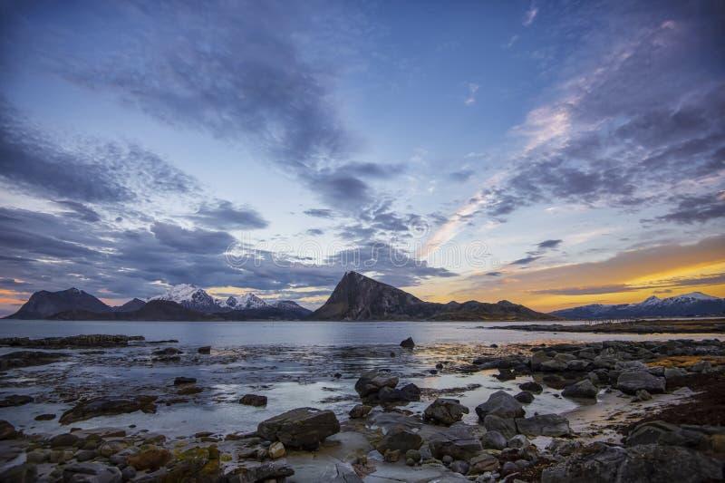 Tarde colorida Paisaje costero de las islas de Lofoten imágenes de archivo libres de regalías