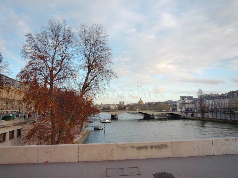 Tarde con río Sena azul claro foto de archivo
