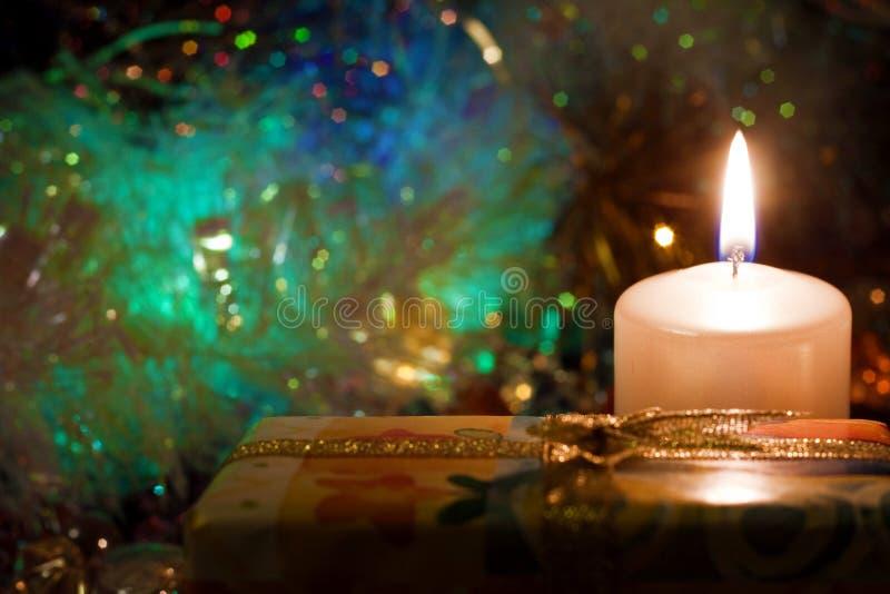 Tarde del Año Nuevo Velas Regalos imagen de archivo libre de regalías