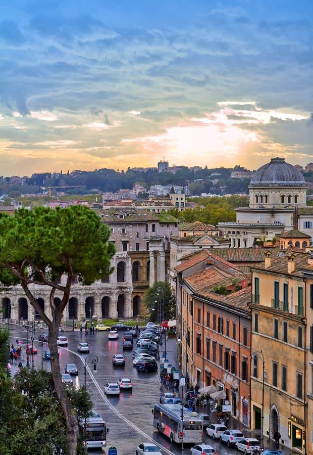 Tarde del edificio del panorama de Roma Opini?n del tejado de Roma con arquitectura antigua en Italia en la puesta del sol fotografía de archivo libre de regalías