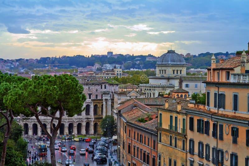 Tarde del edificio del panorama de Roma Opini?n del tejado de Roma con arquitectura antigua en Italia en la puesta del sol imagen de archivo libre de regalías