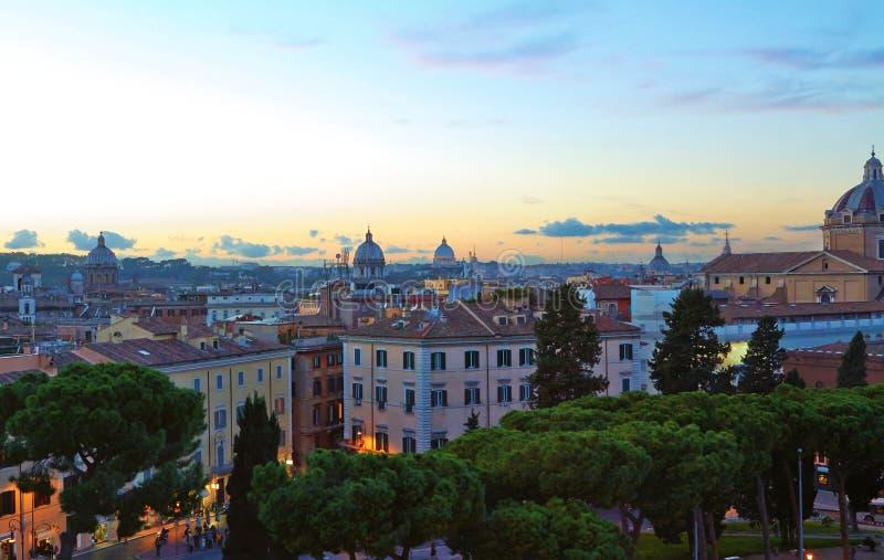 Tarde del edificio del panorama de Roma Opini?n del tejado de Roma con arquitectura antigua en Italia en la puesta del sol imagenes de archivo