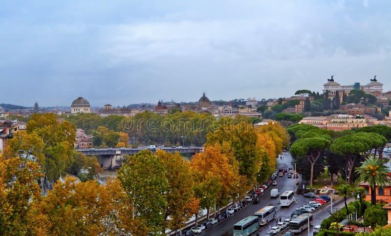 Tarde del edificio del panorama de Roma Opini?n del tejado de Roma con arquitectura antigua en Italia en la puesta del sol fotografía de archivo