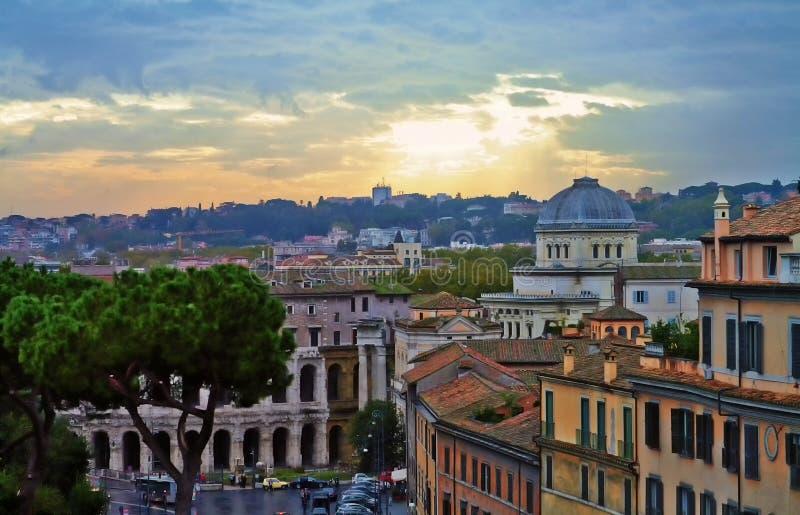 Tarde del edificio del panorama de Roma foto de archivo
