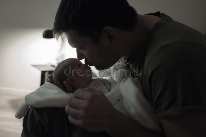 Tarde del hijo del padre que se besa última fotografía de archivo libre de regalías