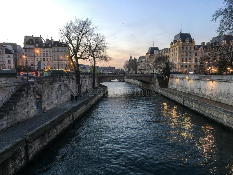 Tarde del invierno a lo largo del río Sena en París imagenes de archivo