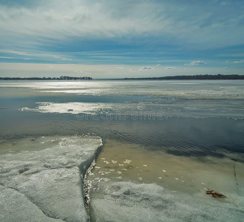 Tarde del invierno por el río foto de archivo