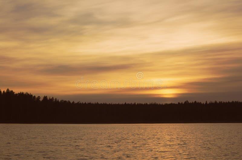 Tarde del otoño por el lago fotografía de archivo libre de regalías