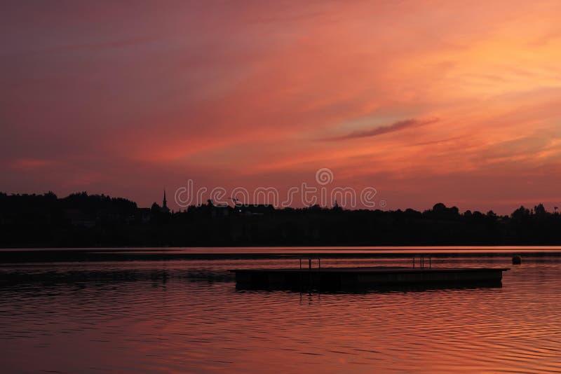 Tarde del verano en el lago Pfaeffikon, cantón de Zurich Sunse colorido fotografía de archivo