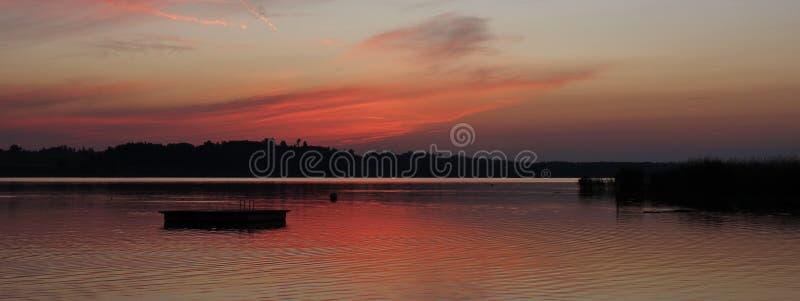 Tarde del verano en el lago Pfaeffikon, cantón de Zurich Sunse colorido fotos de archivo libres de regalías