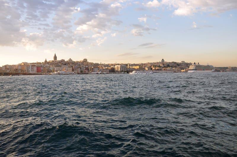 Tarde en Estambul, vista al distrito de Karakoy y al puerto de Estambul foto de archivo