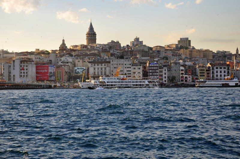 Tarde en Estambul, vista al distrito de Karakoy y al puerto de Estambul imágenes de archivo libres de regalías
