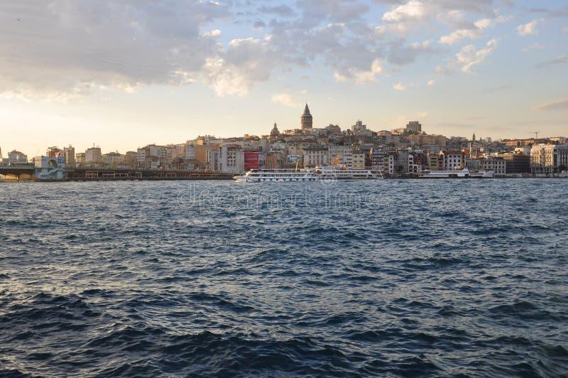 Tarde en Estambul, vista al distrito de Karakoy y al puerto de Estambul fotos de archivo