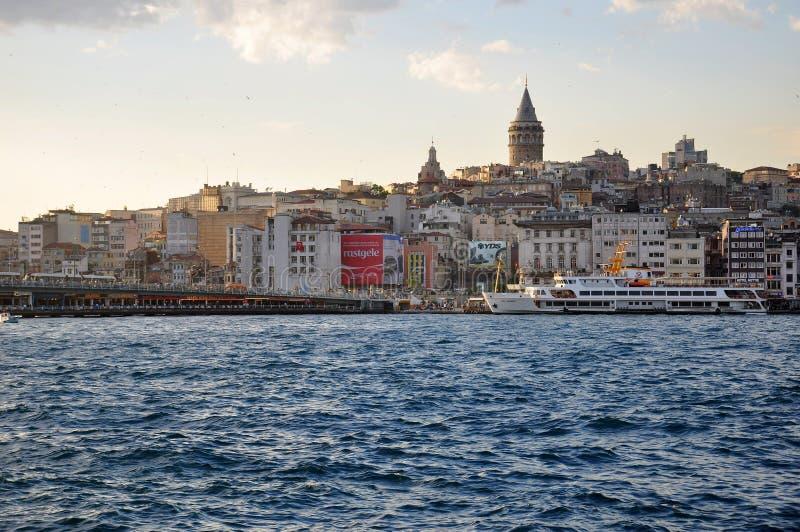 Tarde en Estambul, vista al distrito de Karakoy y al puerto de Estambul imagen de archivo