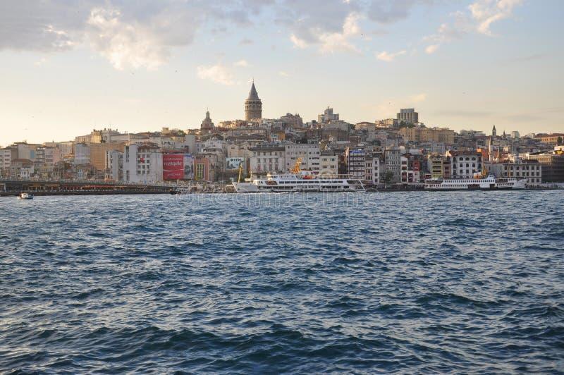 Tarde en Estambul, vista al distrito de Karakoy y al puerto de Estambul fotografía de archivo libre de regalías