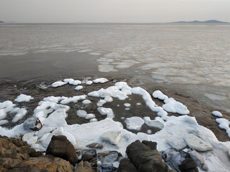 Tarde en la costa de mar en invierno foto de archivo libre de regalías