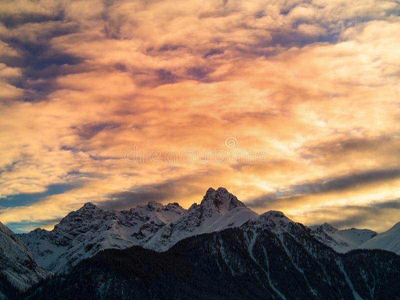 Tarde en las montañas suizas fotografía de archivo