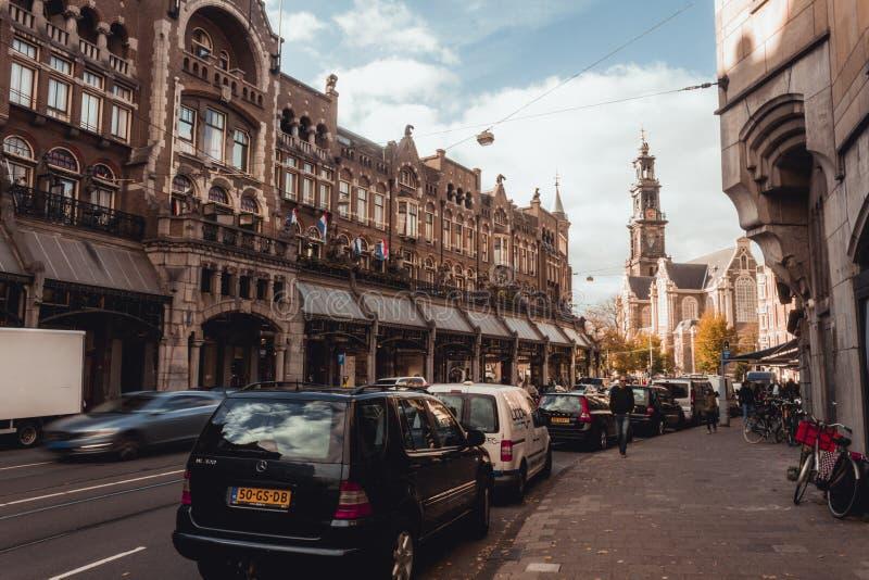 Tarde fácil en la calle en el corazón de Amsterdam fotos de archivo