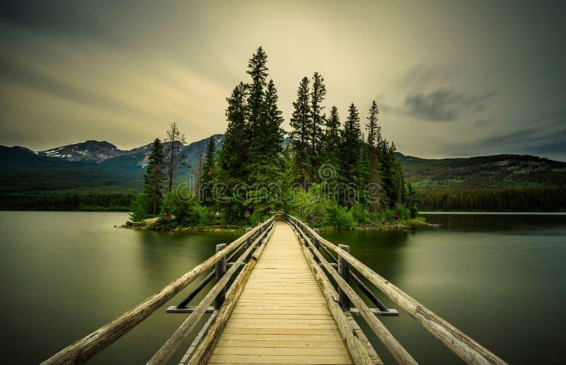 Tarde fría del verano en el lago pyramid en Jasper National Park fotografía de archivo libre de regalías