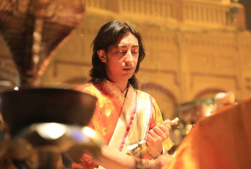 Tarde Ganga Aarti en Varanasi imagenes de archivo