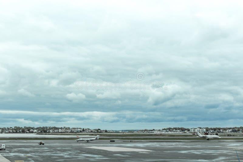 Tarde lluviosa en la pista de despeque de Boston Logan Airport, el 15 de mayo de 2017 fotografía de archivo