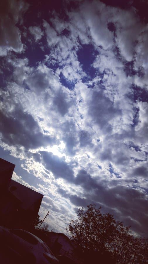 Tarde nebulosa da refeição matinal do céu azul foto de stock