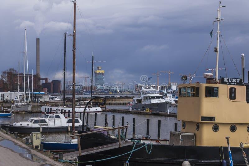 Tarde ocupada da mola no porto do norte fotos de stock royalty free