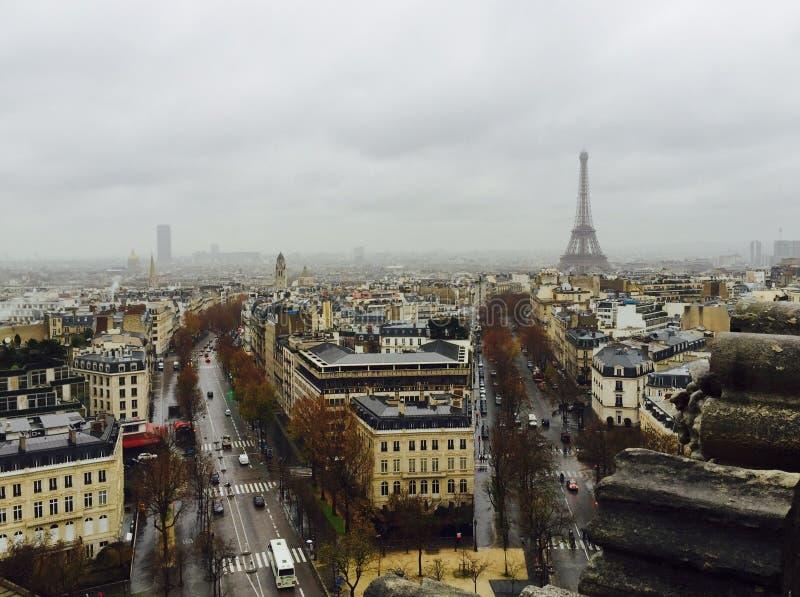 Tarde parisiense lluviosa imagen de archivo