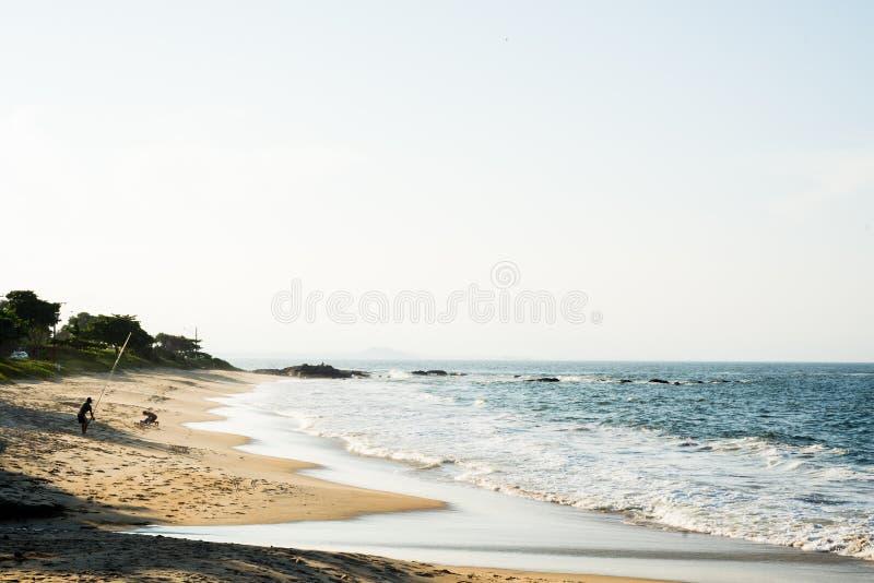 Tarde quieta na praia paradisíaca pequena de Brasil fotografia de stock