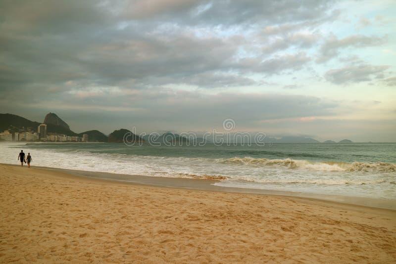 Tarde reservada en la playa de Copacabana en Rio de Janeiro, el Brasil, Suramérica fotografía de archivo