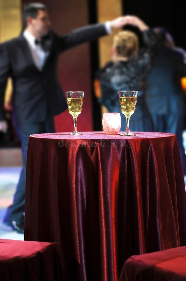 Tarde romántica en restaurante foto de archivo