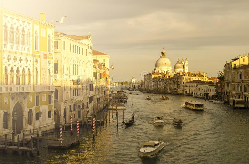 Tarde Venecia, luces, góndolas y canal fotografía de archivo