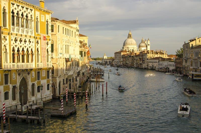 Tarde Venecia, luces, góndolas y canal fotografía de archivo libre de regalías