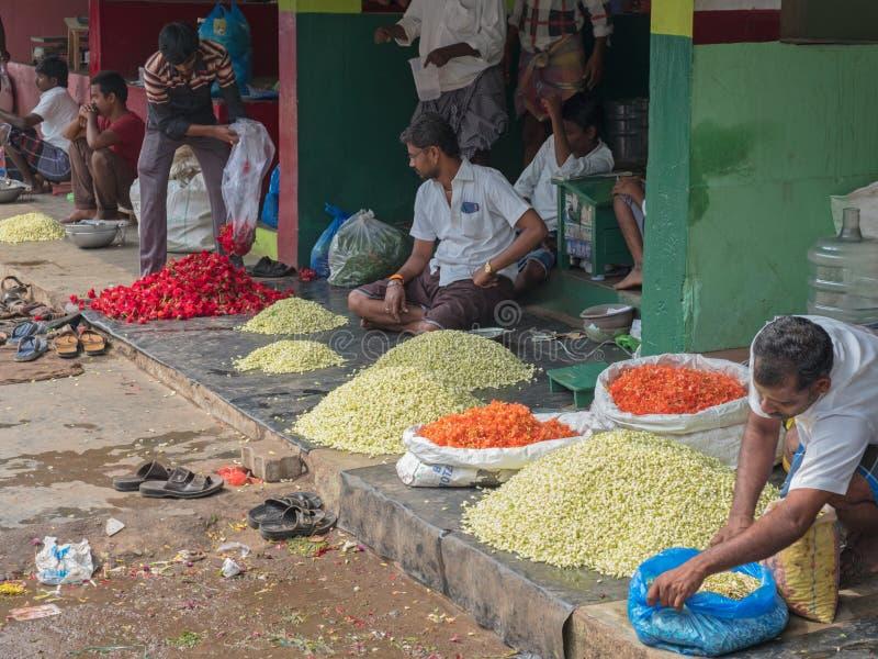 Tarders在印地安花市场上 免版税库存照片