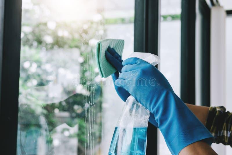 Tarefas domésticas do marido e conceito da limpeza, wipin feliz do homem novo imagens de stock