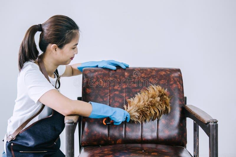 Tarefas domésticas e conceito da limpeza, jovem mulher feliz na RUB azul fotos de stock royalty free