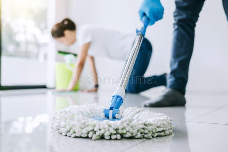 Tarefas domésticas e conceito da limpeza, par novo na borracha azul g foto de stock royalty free