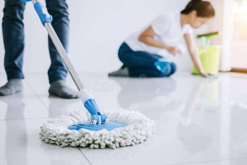 Tarefas domésticas e conceito da limpeza, par novo na borracha azul g imagens de stock royalty free