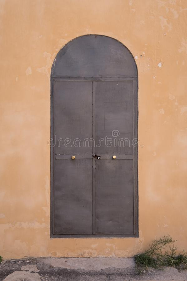 Tarente Italie Porte en métal dans le mur image libre de droits