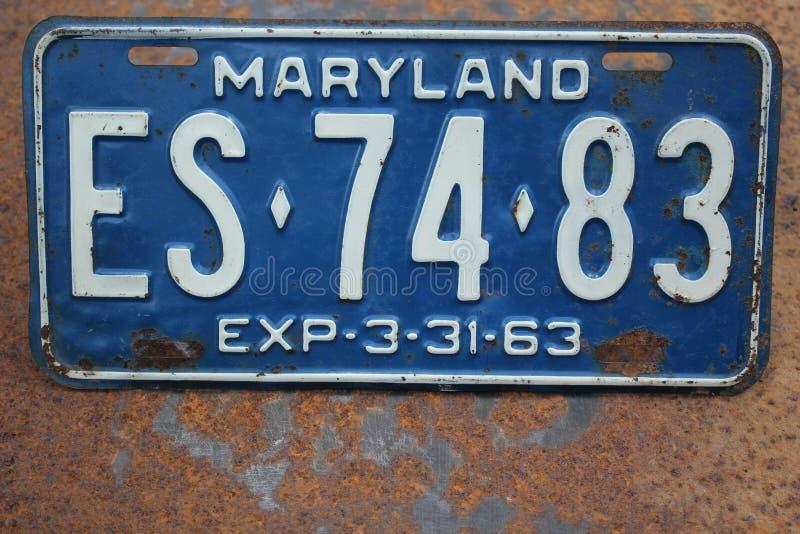 Targa di immatricolazione di Maryland U.S.A. su un fondo arrugginito del metallo immagine stock