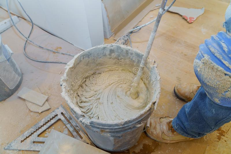 TARGET957_0_ Dachówkowego adhesive lub cement z władzy świderem obrazy royalty free