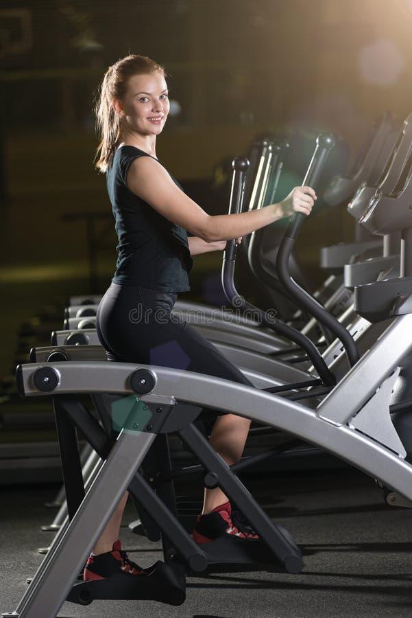 target552_0_ gym maszynowego bieg kobiety potomstwa Bieg na maszynie obraz stock