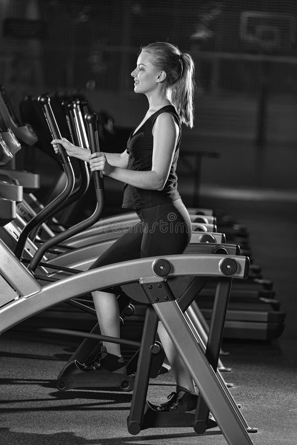 target552_0_ gym maszynowego bieg kobiety potomstwa Bieg na maszynie obrazy royalty free