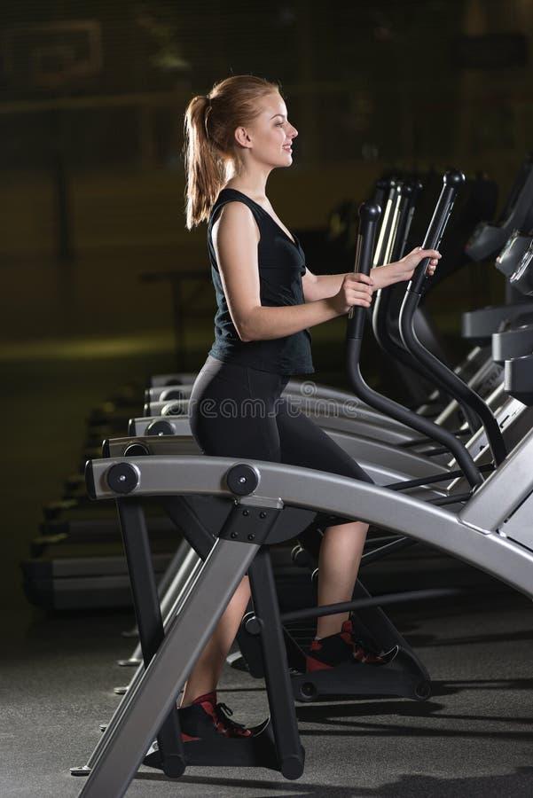 target552_0_ gym maszynowego bieg kobiety potomstwa Bieg na maszynie zdjęcia stock