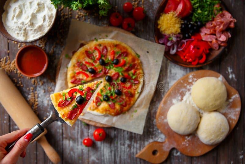 target1658_1_ kawałka pizzy kobiety zdjęcia royalty free