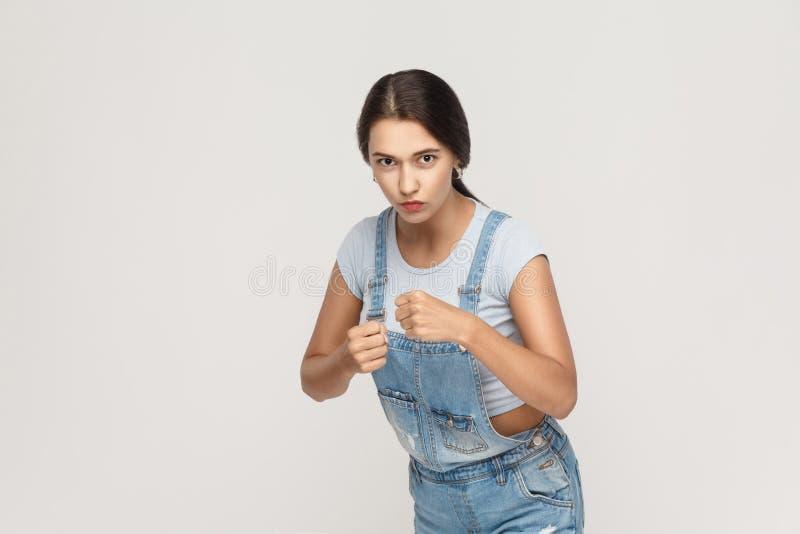 target195_1_ Młoda dorosła indyjska kobieta, przygotowywająca dla walki na szarym backgr zdjęcia stock