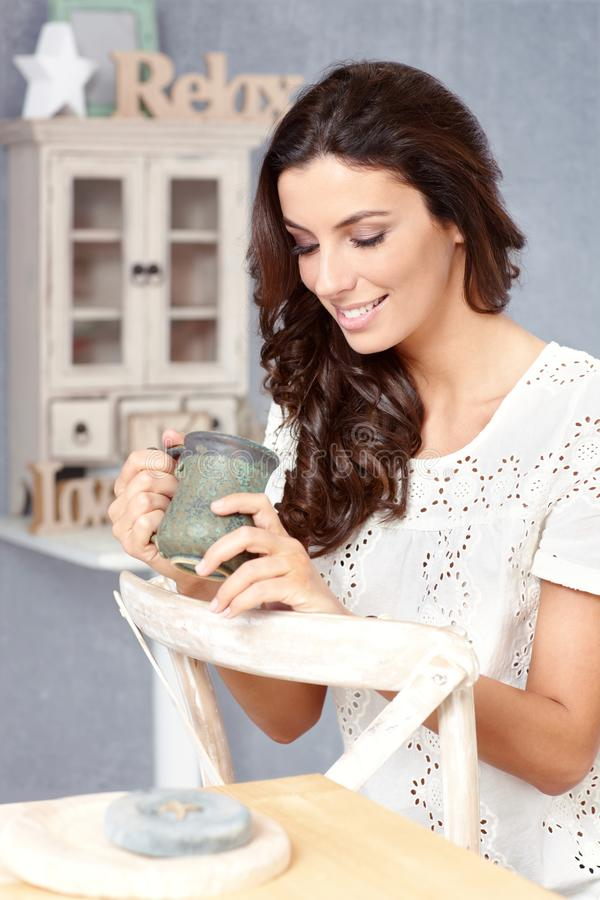 TARGET1151_0_ młodej kobiety herbata w domu obraz royalty free