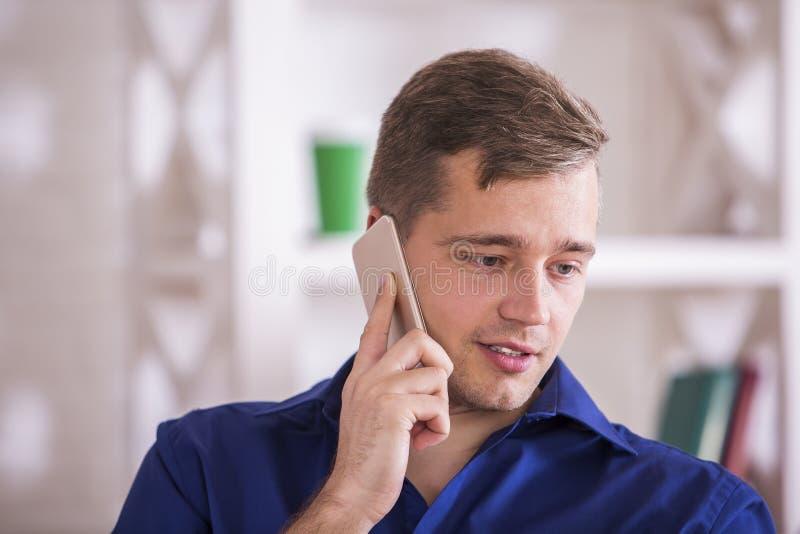 TARGET474_0_ na telefonie atrakcyjny mężczyzna obrazy stock
