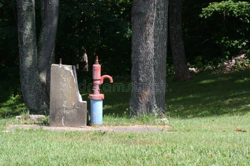target1732_1_ odosobniony ścieżki pompować wodę biel obrazy royalty free